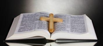 Βίβλος τα ιερά ανοικτά ρωσικά Στοκ Εικόνες