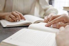Βίβλος ανάγνωσης Στοκ εικόνες με δικαίωμα ελεύθερης χρήσης
