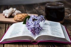 Βίβλος και καφές Στοκ Φωτογραφίες