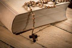 Βίβλος και Rosary Στοκ Φωτογραφία