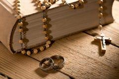 Βίβλος και Rosary Στοκ εικόνες με δικαίωμα ελεύθερης χρήσης