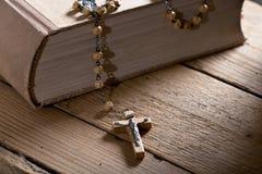 Βίβλος και rosary Στοκ φωτογραφία με δικαίωμα ελεύθερης χρήσης
