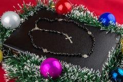 Βίβλος με τις διακοσμήσεις και Rosary Χριστουγέννων Στοκ εικόνες με δικαίωμα ελεύθερης χρήσης
