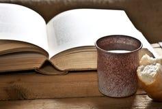 Βίβλος με τον κάλυκα Στοκ φωτογραφίες με δικαίωμα ελεύθερης χρήσης