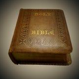 Βίβλος που κληρονομείται ιερή από Grandpa, κάτω από Vignetter Στοκ εικόνα με δικαίωμα ελεύθερης χρήσης