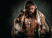 Βίκινγκ με το κρύο όπλο ενδύματα στα παραδοσιακά πολεμιστών Στοκ Εικόνα