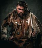 Βίκινγκ με το κρύο όπλο ενδύματα στα παραδοσιακά πολεμιστών Στοκ φωτογραφίες με δικαίωμα ελεύθερης χρήσης