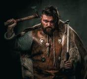 Βίκινγκ με το κρύο όπλο ενδύματα στα παραδοσιακά πολεμιστών Στοκ εικόνα με δικαίωμα ελεύθερης χρήσης