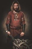 0 Βίκινγκ με το ξίφος ενδύματα στα παραδοσιακά πολεμιστών, που θέτουν σε ένα σκοτεινό υπόβαθρο Στοκ εικόνα με δικαίωμα ελεύθερης χρήσης