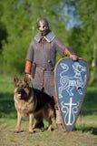 Βίκινγκ με το τσοπανόσκυλο στην αλυσίδα Στοκ φωτογραφία με δικαίωμα ελεύθερης χρήσης