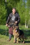 Βίκινγκ με το τσοπανόσκυλο στην αλυσίδα Στοκ εικόνα με δικαίωμα ελεύθερης χρήσης