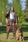 Βίκινγκ με το τσοπανόσκυλο στην αλυσίδα Στοκ Φωτογραφίες