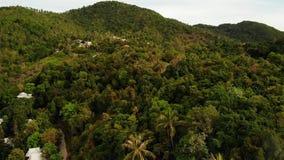 Βίλες στην πράσινη κορυφογραμμή βουνών Μεγαλοπρεπής άποψη κηφήνων των βιλών πολυτέλειας που βρίσκονται στην πράσινη σειρά βουνών  απόθεμα βίντεο