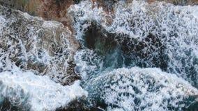 Βίντεο άνωθεν Εναέρια άποψη παραλιών Πέταγμα πέρα από την ακτή o Μεσόγειος και η ακτή Κύπρος E απόθεμα βίντεο