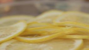 Βίντεο από την κουζίνα του εστιατορίου Μίγμα των κρύων εκκινητών Ασβέστες, λεμόνια και ελιές Κινούμενη φωτογραφική μηχανή