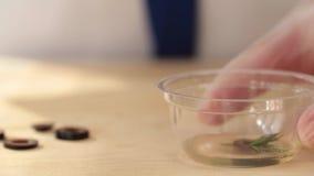 Βίντεο από την κουζίνα του εστιατορίου Ο μάγειρας προετοιμάζει μια σαλάτα με τις ελιές