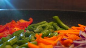 Βίντεο λαχανικών τηγανίσματος κοντά επάνω απόθεμα βίντεο