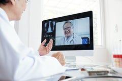 Βίντεο γιατρών που καλεί το συνάδελφό του στοκ εικόνες