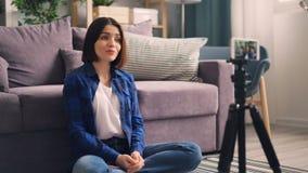 Βίντεο γυναικείας καταγραφής για το σε απευθείας σύνδεση vlog που χρησιμοποιεί την παρουσίαση ομιλίας smartphone αντίχειρας-επάνω φιλμ μικρού μήκους