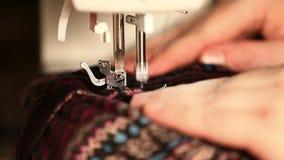 Βίντεο ενός ράβοντας υλικού γυναικών σε μια ηλεκτρική ράβοντας μηχανή απόθεμα βίντεο