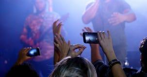 Βίντεο καταγραφής ακροατηρίων της μουσικής ζώνης στο κινητό τηλέφωνο 4k απόθεμα βίντεο