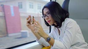 Βίντεο καταγραφής γυναικών με το κινητό τηλέφωνο στο τραίνο φιλμ μικρού μήκους