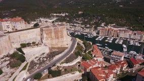 Βίντεο κηφήνων - που πετά πέρα από τη μαρίνα Bonifacio - Κορσική απόθεμα βίντεο