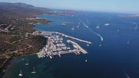 Βίντεο κηφήνων - που πετά πέρα από τη μαρίνα Portisco - Σαρδηνία απόθεμα βίντεο