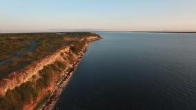 Βίντεο κηφήνων Πτήση πέρα από τον απότομο βράχο Pakri και την ακτή της θάλασσας της Βαλτικής στο θερινό ηλιοβασίλεμα απόθεμα βίντεο