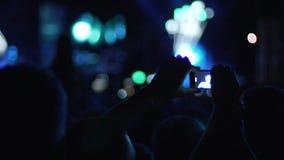 Βίντεο μαγνητοσκόπησης προσώπων της λαϊκής απόδοσης τραγουδιστών στη αίθουσα συναυλιών, σκιές ακροατηρίων απόθεμα βίντεο