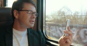 Βίντεο νεαρών άνδρων που κουβεντιάζει στο κύτταρο στο τραίνο απόθεμα βίντεο