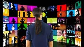 Βίντεο προσοχής γυναικών στις οθόνες LCD απόθεμα βίντεο