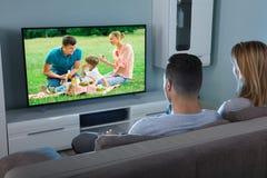 Βίντεο προσοχής ζεύγους στην τηλεόραση στοκ εικόνα