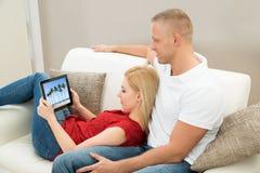 Βίντεο προσοχής ζεύγους στην ψηφιακή ταμπλέτα Στοκ φωτογραφία με δικαίωμα ελεύθερης χρήσης