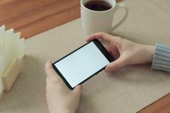 Βίντεο προσοχής κοριτσιών ή παιχνίδι παιχνιδιού στο κινητό τηλέφωνο στην οριζόντια θέση οθόνη για app το πρότυπο, παρουσίαση Στοκ Εικόνα