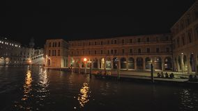 Βίντεο στην κίνηση από τη βάρκα της νύχτας Βενετία απόθεμα βίντεο