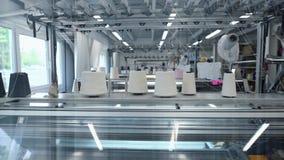 Βίντεο της λειτουργώντας πλέκοντας μηχανής στο εργαστήριο απόθεμα βίντεο