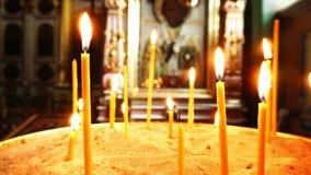Βίντεο του καψίματος των κεριών Στο υπόβαθρο, το εικονίδιο με το ιερό πρόσωπο απόθεμα βίντεο