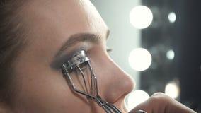 Βίντεο του κυρίου που χρησιμοποιεί eyelash το ρόλερ φιλμ μικρού μήκους