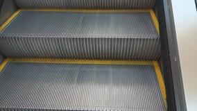 Βίντεο των βημάτων που αυξάνονται επάνω στην κυλιόμενη σκάλα φιλμ μικρού μήκους