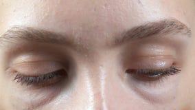 Βίντεο των νέων περιστρεφόμενων ματιών γυναικών απόθεμα βίντεο