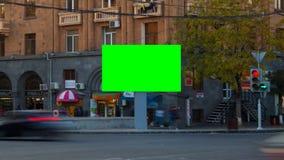 Βίντεο χρονικού σφάλματος Διαφημιστικός τον πίνακα διαφημίσεων με την πράσινη οθόνη με τα μακριά αυτοκίνητα έκθεσης στην πόλη, εν απόθεμα βίντεο