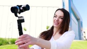 Βίντεο blogger Μαγνητοσκόπηση Vlog γυναικών στη κάμερα στην οδό απόθεμα βίντεο