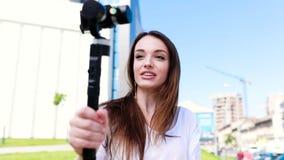 Βίντεο blogger Μαγνητοσκόπηση Vlog γυναικών στη κάμερα στην οδό φιλμ μικρού μήκους