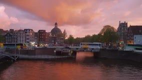 Βίντεο Timelapse των καναλιών του Άμστερνταμ κατά τη διάρκεια του δραματικού ηλιοβασιλέματος απόθεμα βίντεο
