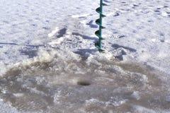 Βίδες και τρύπες πάγου στον πάγο Στοκ εικόνα με δικαίωμα ελεύθερης χρήσης