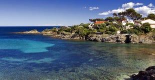 Βίλες πέρα από να φανεί η σαφής βαθυγάλανη μπλε Μεσόγειος, Les Issambres στοκ φωτογραφίες
