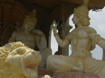 Βαγκαλόρη, Karnataka, Ινδία - 1 Ιανουαρίου 2009 κίτρινο άγαλμα χρώματος του Λόρδου Krishna και Arjuna, Bhagavad Gita Στοκ Φωτογραφία