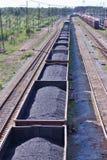 Βαγόνια εμπορευμάτων με τις διαδρομές άνθρακα και σιδηροδρόμου Στοκ φωτογραφία με δικαίωμα ελεύθερης χρήσης