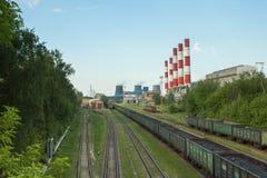 Βαγόνια εμπορευμάτων που φορτώνονται με τον άνθρακα στο CHP στοκ εικόνες με δικαίωμα ελεύθερης χρήσης